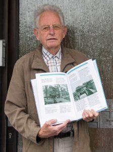 Karl-Heinz Wilmes mit seinem Buch